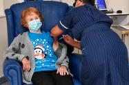 Margaret Keenan, una anciana de 90 años, fue la primera paciente del mundo en recibir lavacunade Pfizer/BioNTech