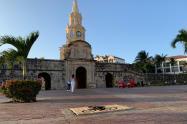 Ciclistas cierran con madera los registros destapados en el Centro Histórico de Cartagena