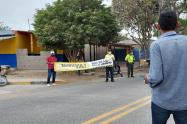 La comunidad bloqueó la vía con letreros y carros.
