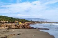 Los restos de madera están apilados en sectores de las playas mientras son recogidos.