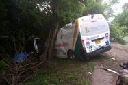 Ambulancia colisionó contra un árbol ubicado a un costado de la malla vial.
