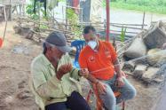 el gerente del hospital de Sitionuevo, realiza atención casa a casa de los pueblos palafitos