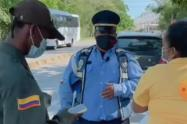 Capturan a influencer sorprendido en un falso puesto de control y utilizando uniformes de la Policía Nacional