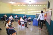 Aula de clase con estudiantes y docente
