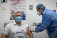 MinSalud, aplica segunda dosis de vacuna covid al Presidente Iván Duque