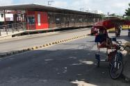 Estaciones de Transmetro cerradas con mototaxistas afuera.