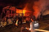EL bus fue consumido por las llamas por una falla mecánica