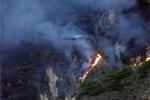 El helicóptero vuela hasta los incendios.