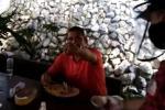 El funcionario fue denunciado a través de un video donde se encontraba en un restaurante.