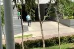 La víctima corrió hacia el parqueadero del edificio donde finalmente fue asesinado.