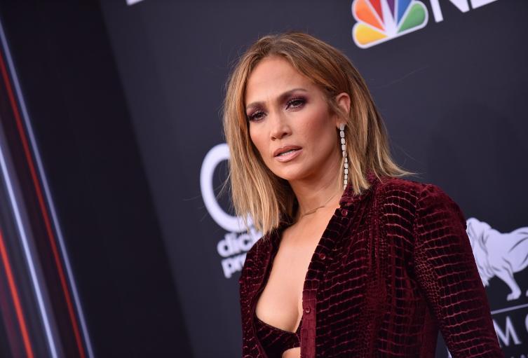 Jennifer Lopez, de nuevo exponiendo una gran parte de su cuerpo.