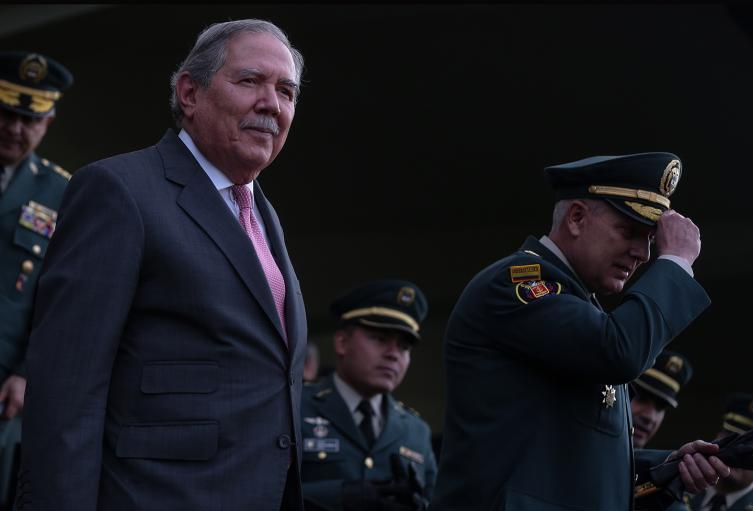 Guillermo Botero, ministro de Defensa (izquierda) y el general Alberto Mejía, comandante de las Fuerzas Militares (derecha)