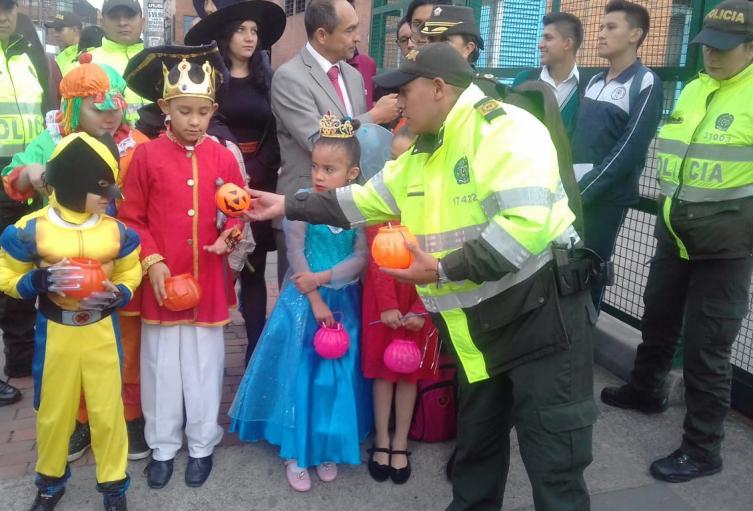Niños reciben dulces en halloween
