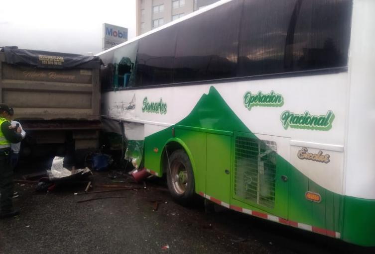 Accidente de tránsito en la autopista Medellín-Bogotá.