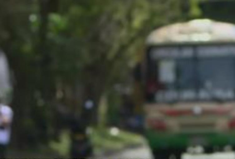 En un bus de servicio público asesinan a un joven en Medellín