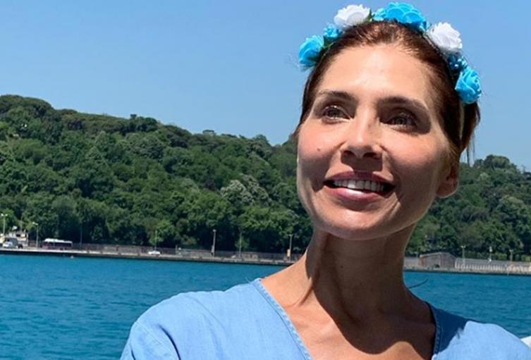 La actriz envió una jocosa respuesta a una joven que compartió una foto en vestido de baño, mostrando sus nalgas.