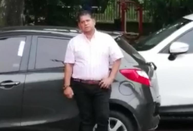 Caminando libremente por las calles, fue captado en video el alcalde del municipio de Bello