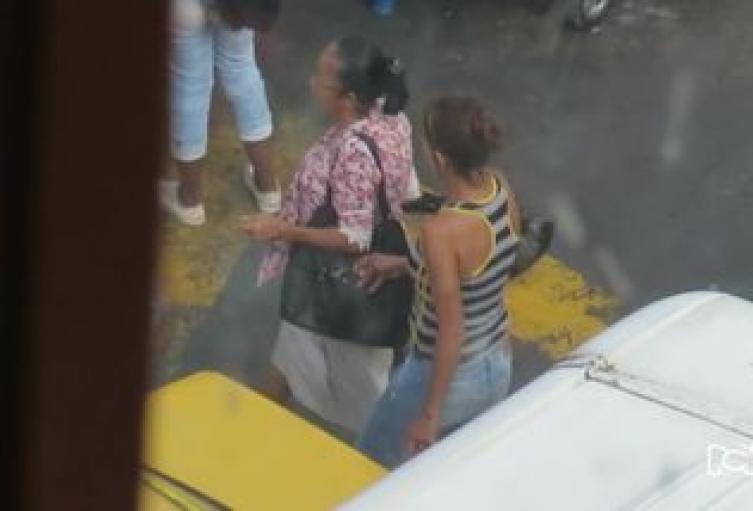 """Capturan a """"cosquillero"""" que pretendía robar a celulares a estilista en Medellín"""
