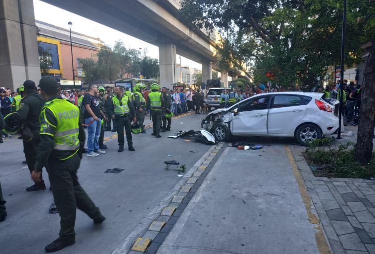 Camioneta chocó un automóvil, dos motociclistas y arrolló a tres peatones en el centro de Medellín