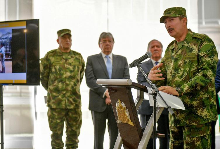 El comandante del Ejército, general Nicacio Martínez (micrófono); el general Luis Fernando Navarro, comandante de las Fuerzas Militares; el canciller Carlos Holmes y Guillermo Botero, ministro de Defensa, en Bogotá
