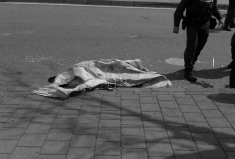 En un colchón abandonan cadáver de un hombre en Medellín