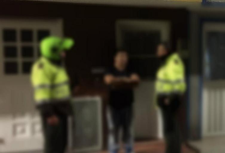 Por robar y cargar con un arma a un ciudadano, capturan a dos policías
