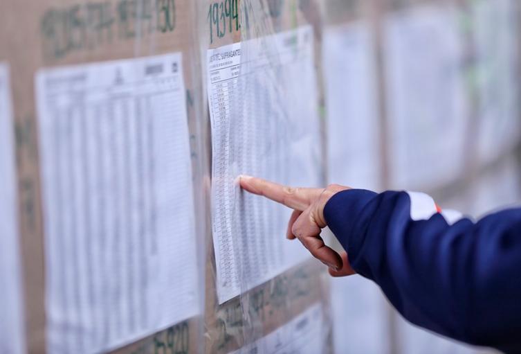 Colombianos en Bogotá buscando su lugar de votación