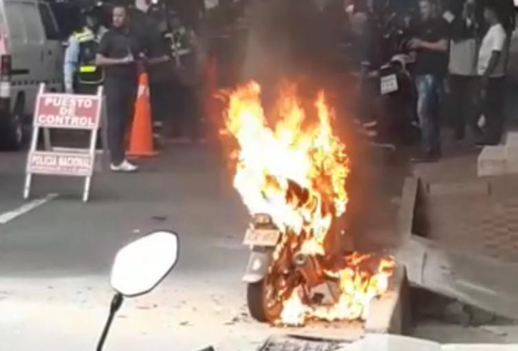 Conductor incendió su moto para evitar que se la inmovilizaran en Medellín
