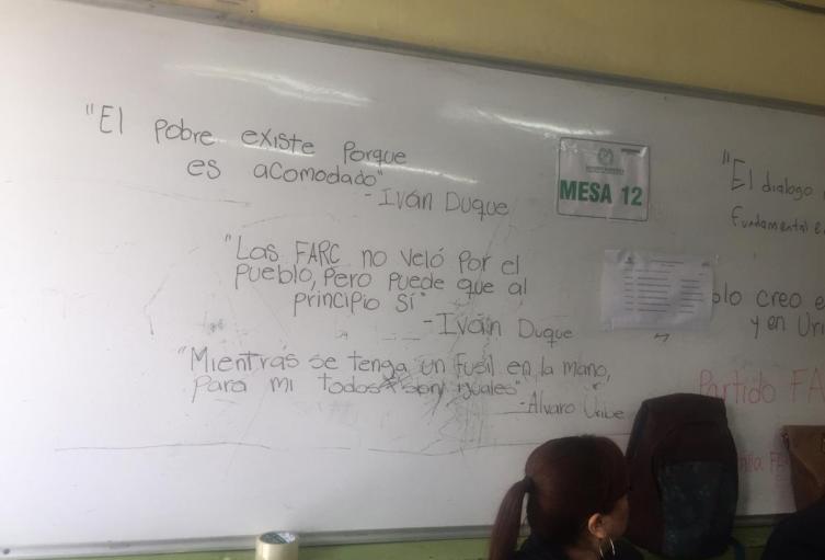 Tablero con mensajes políticos en Bello, Antioquia.