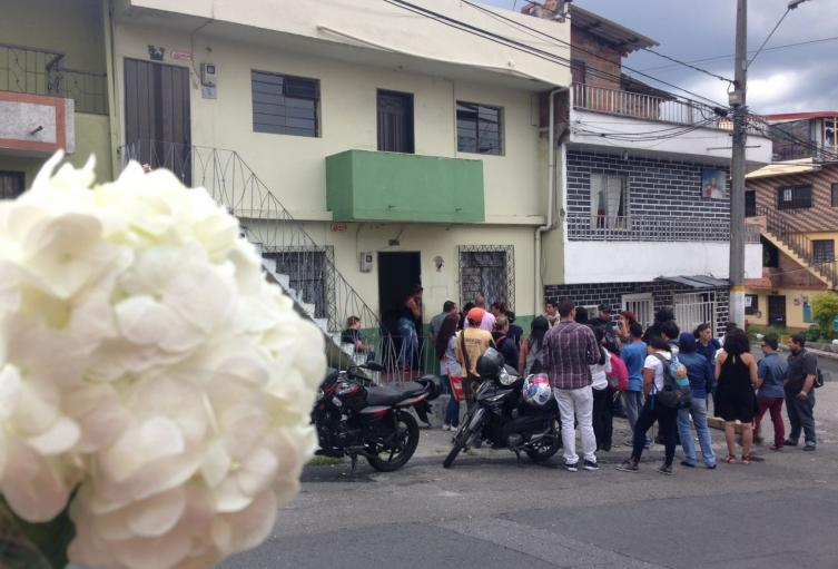 Madre e hijas de 6 meses y 4 años se salvaron de milagro al caer de un tercer piso en el barrio Castilla