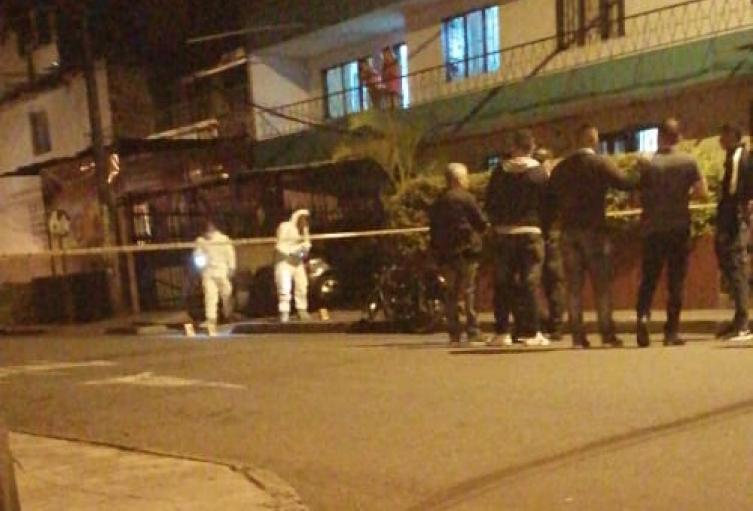 Asesinaron a un joven y su cadáver fue dejado en el antejardín de su casa