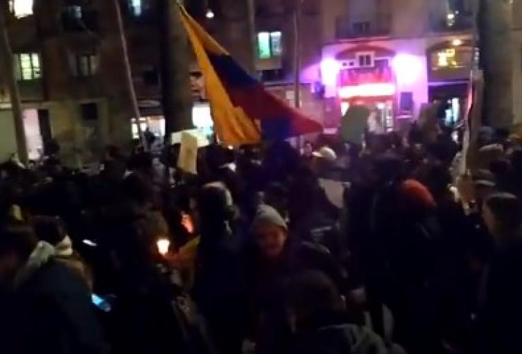 Colombianos marchando en el exterior