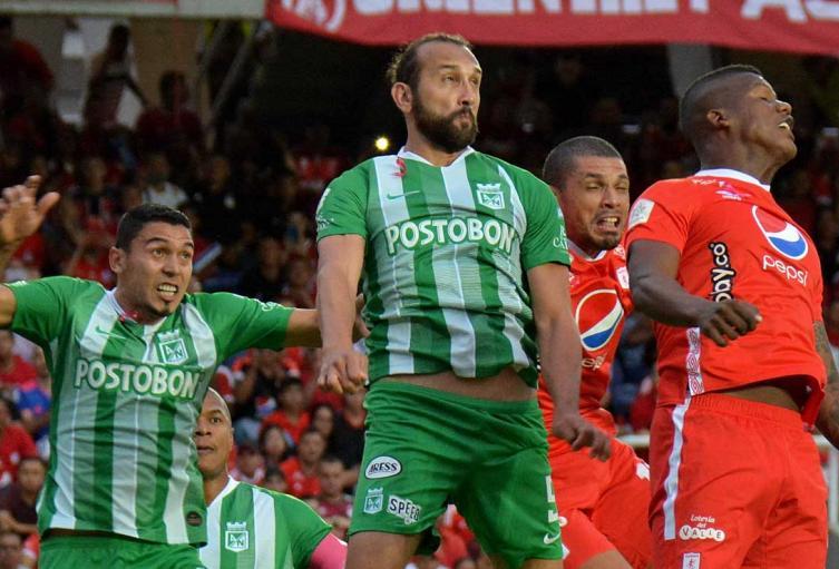 Atlético Nacional y América de Cali jugando un partido en la Liga Águila