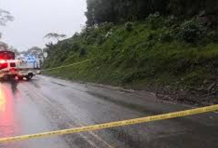 Continúan los trabajos en la vía, tras derrumbe que ocasionó graves afectaciones.