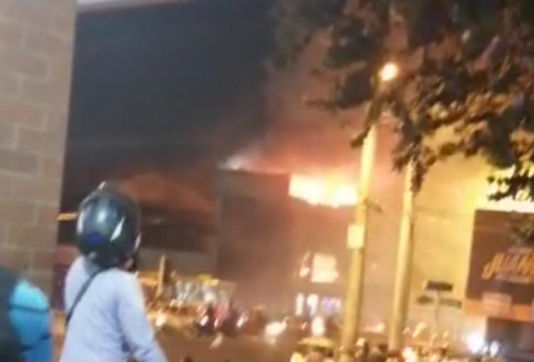 Un incendio de grandes proporciones consumió el cuarto piso