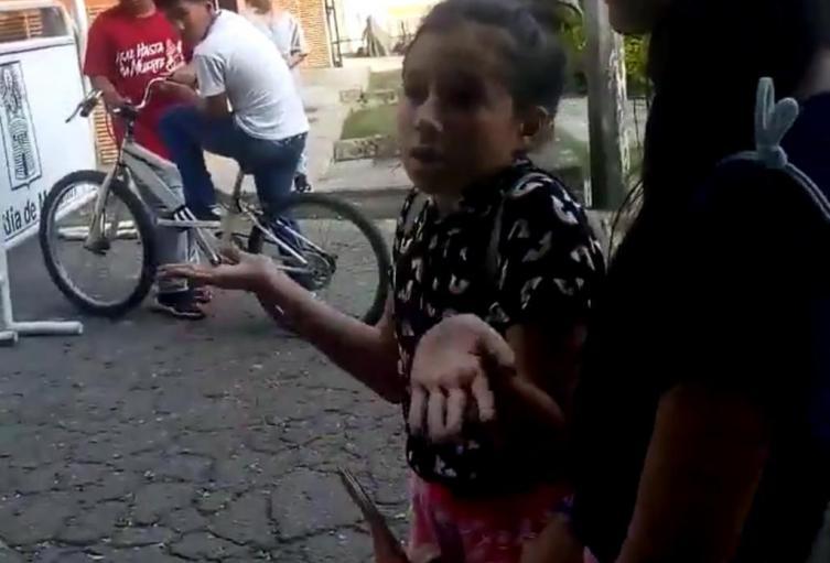 niña indignada