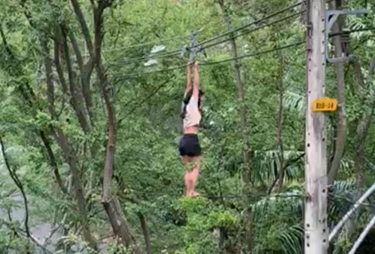 Una mujer  cayó al vacío luego que permaneciera colgada en un cable de alta tensión en Medellín