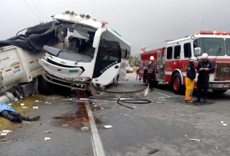 Choque de camión y volqueta en la vía Medellín - Bogotá dejó un conductor muerto