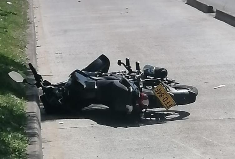 Un joven motociclista murió en un carril de Metroplús