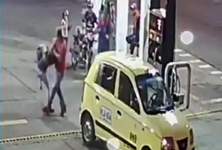 Taxista le pegó a una mujer porque le pagó la carrera con billete de $50.000