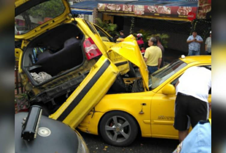Aparatoso choque entre taxis, dejó dos personas lesionadas en Bello