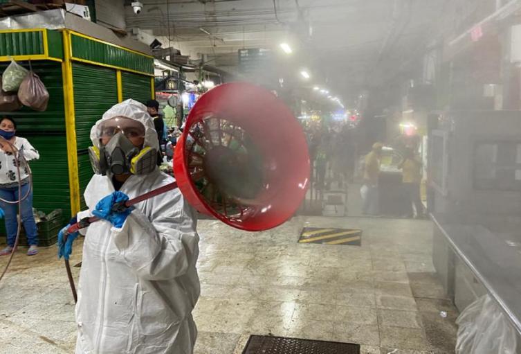 Labores de desinfección de la Plaza Minorista de Medellín.