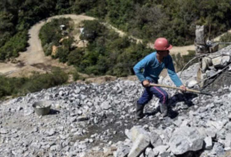 Responsabilizan al gobierno por debilitar esquema de protección a líder minero en Antioquia