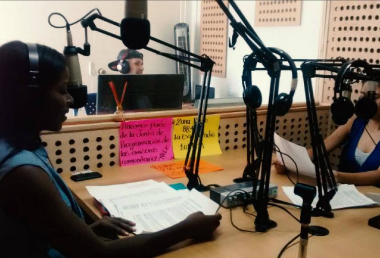 desde la radio se dictarán clases a estudiantes