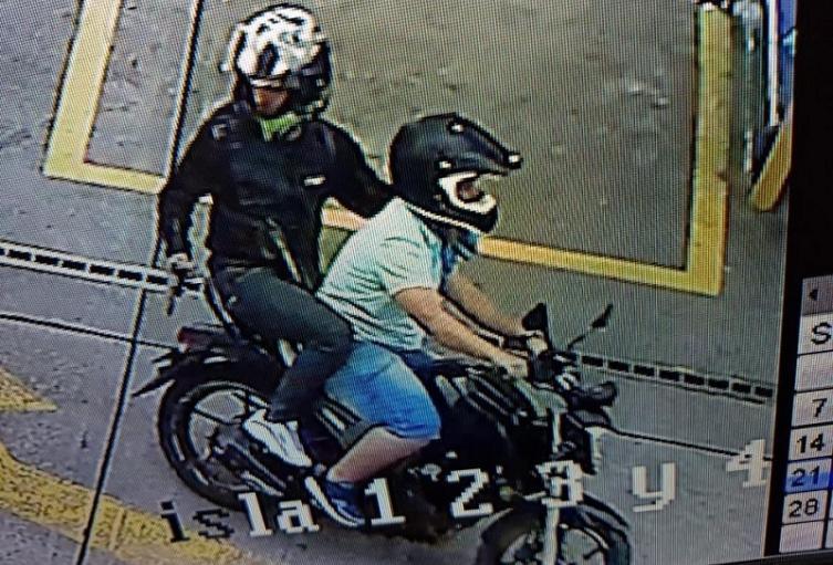 Los dos hombres fueron trasladados a un centro asistencial, señalaron las autoridades.