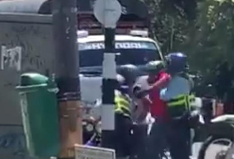 A puños, patadas y empujones, infractores agredieron a dos guardas de tránsito en Medellín