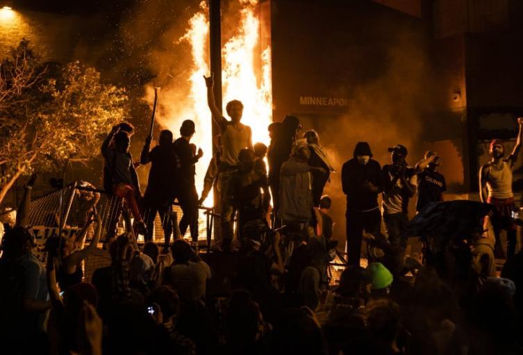 Al menos cinco muertos y decenas de heridos por las protestas en EE.UU.
