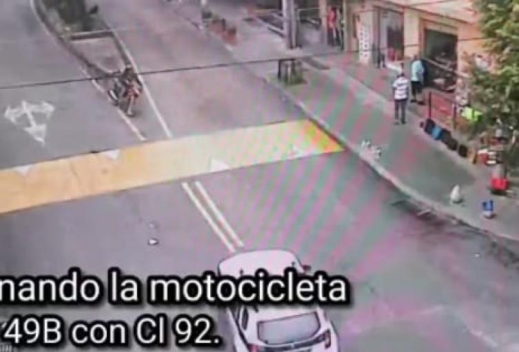 Una cámara de seguridad pilló a joven de 17 años cuando hurtaba una moto en Medellín