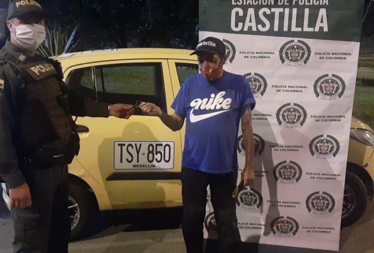 Le robaron el taxi y la policía lo encontró en el barrio la Iguana de Medellín