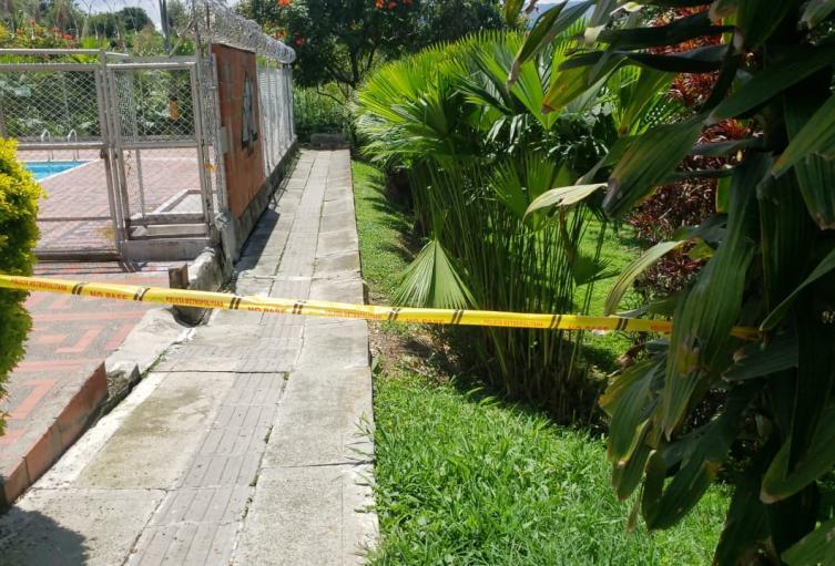 Lo mataron y el criminal dejó el arma tirada en el barrio Rodeo de Medellín